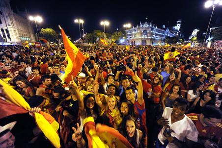 Испанцы празднуют блистательную победу своей сборной