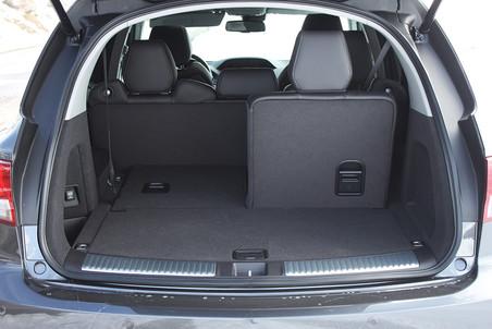 Объем багажного отделения при сложенном третьем ряде кресел составляет 676 литров, а если убрать и второй ряд сидений, то багажник увеличится до 1344 литров