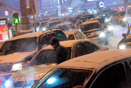 Серьезный снегопад в этом году фактически парализовал движение на дорогах столицы
