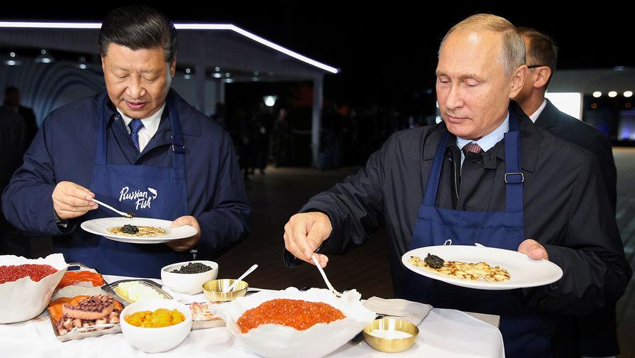 «Юанями потом отдашь». Путин навыставке ВЭФ купил сбитень для СиЦзиньпина
