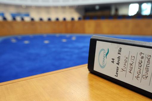 Папка с материалами дела ЮКОСа в зале заседаний ЕСПЧ