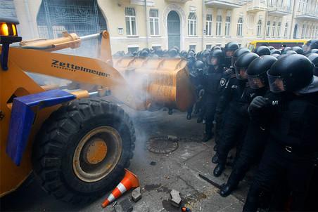 Оппозиция штурмует администрацию президента на бульдозере в Киеве
