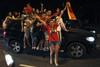 Испанские фанаты оседлали машину