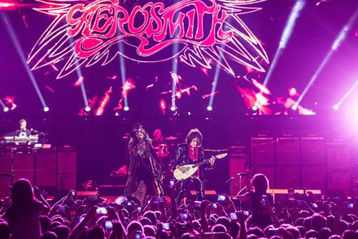 Лидер американской рок-группы Aerosmith Стивен Тайлер (слева) и гитарист Джо Пэрри выступают на сцене СК «Олимпийский» в Москве
