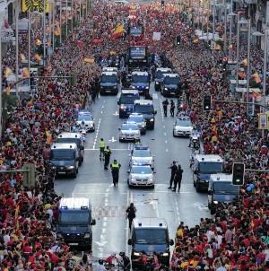 Сборную Испании встречают на улицах Мадрида