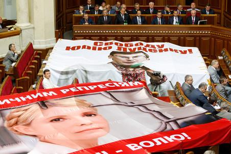 Партии Тимошенко, Яценюка и Луценко объединяются перед выборами в Раду