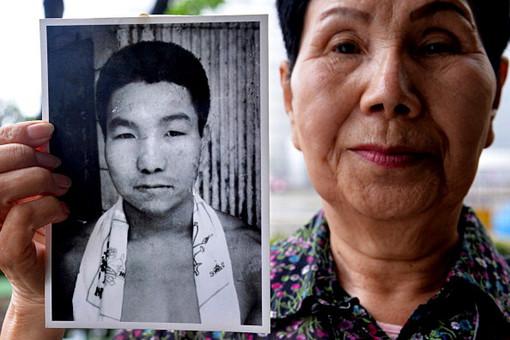 Хидеко Хакамада с фотографией своего брата Ивао Хакамады