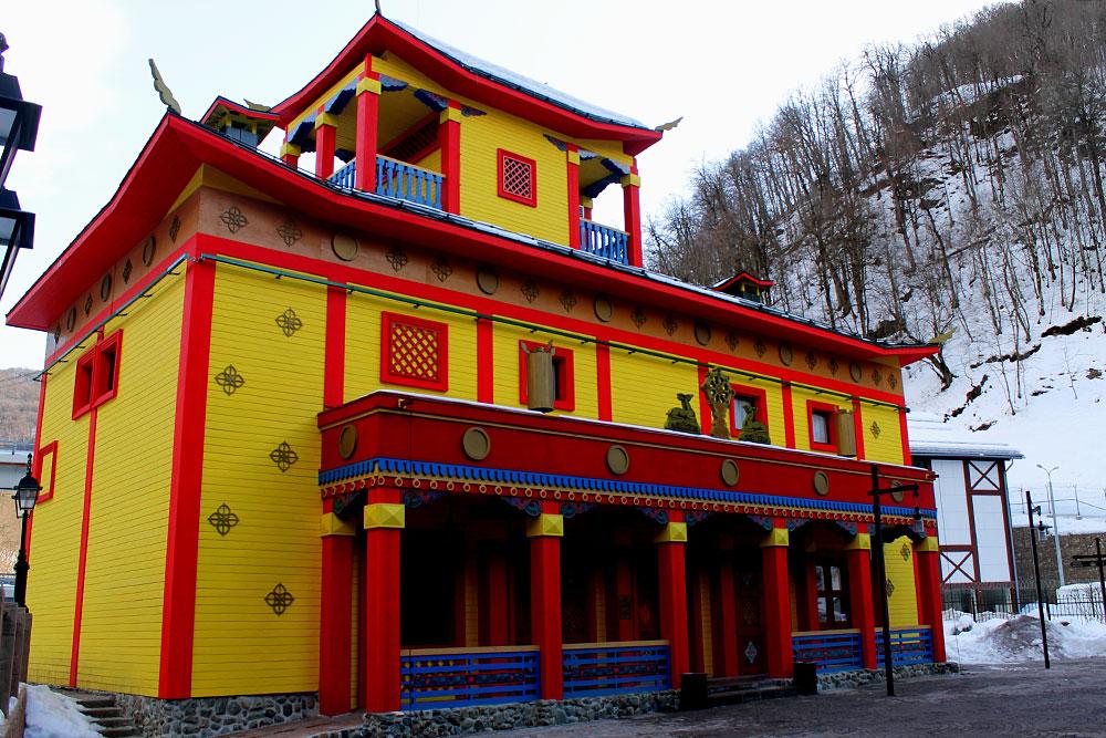 Так в культурно-этнографическом центре под открытым небом «Моя Россия» отражена архитектура Бурятии