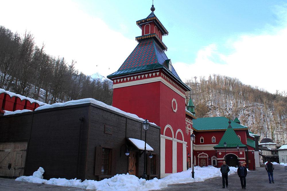 Это пример московской архитектуры. Внутри- дорогой ресторан. На фоне старорусских палат канатная дорога