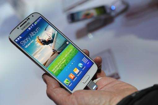 Samsung представила Galaxy S4, которым можно управлять с помощью взгляда