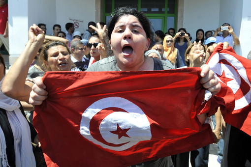 Белкаис Брахми, дочь убитого оппозиционера, возле госпиталя в Арьяне
