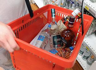 В России снова ужесточают правила торговли алкоголем.