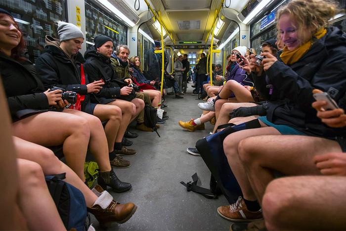 Участники акции No Pants Subway Ride в Берлине