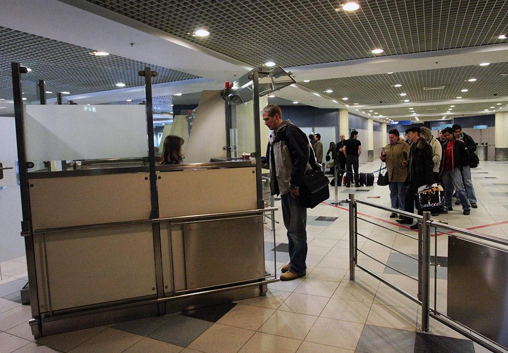 Дебошир, ударивший полицейского в аэропорту Домодедово, получил ...