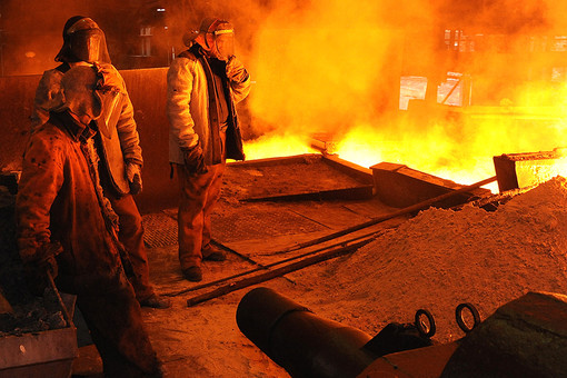 Работники в цехе чугуноплавильного завода