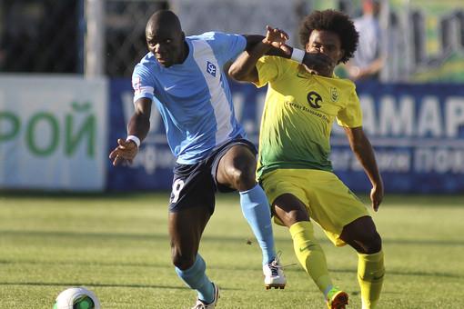 Защитник «Крыльев» Бенуа Ангбва (слева) в борьбе с хавбеком «Анжи» Виллианом