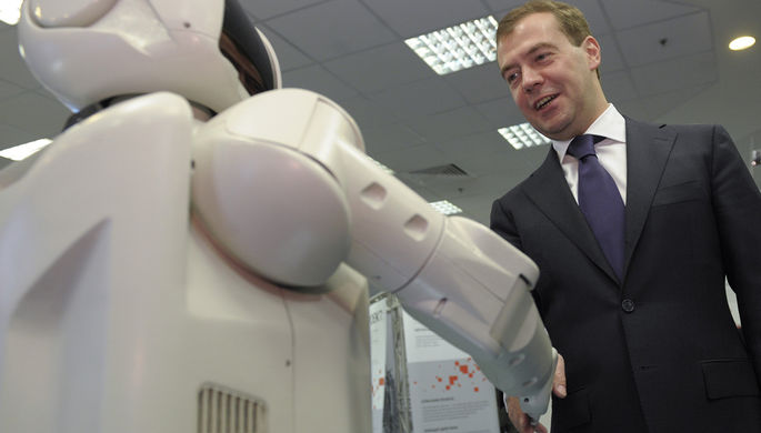 Президент России Дмитрий Медведев во время осмотра выставки в Москве 2008 год