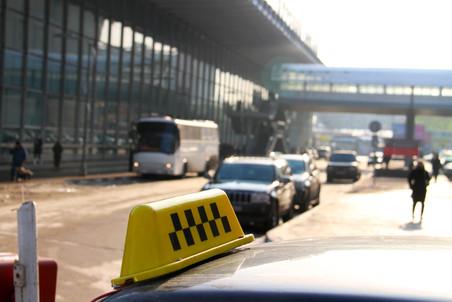 Нелегальным таксистам запретили парковку на привокзальных площадях