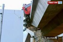 Водитель грузовика, который чуть не сорвался с моста 20 метров высотой, чудом остался жив. Он...