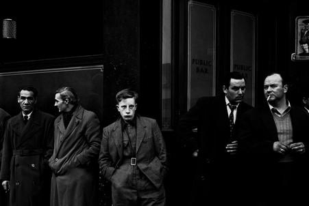Люди у тюрьмы в Пентонвиле, где были задержаны их друзья.Лондон, 1958