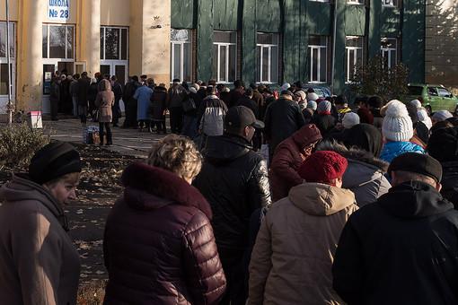 Луганск. Очередь перед голосованием на выборах главы ЛНР и депутатов народного совета республики на избирательном участке в школе №28