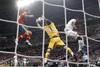 Касильяс в прыжке ловит мяч
