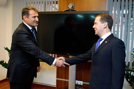 Медведев изменил маршрут рабочей поездки, чтобы поддержать кандидата Кремля на выборах президента Южной Осетии