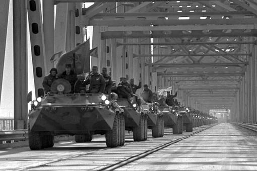 Последний батальон советских войск переходит с афганского берега по 960-метровому мосту через Амударью