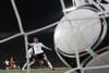 Мяч в голландских воротах после удара Марио Гомеса
