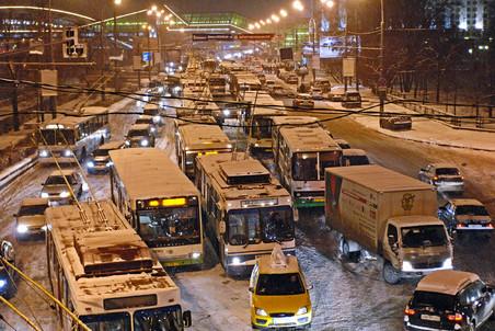 Обильный затяжной снегопад и предновогодняя суета парализовали дороги столицы