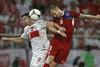 В борьбе за мяч нападающий Польши Роберт Левандовски и защитник Чехии Михал Кадлец