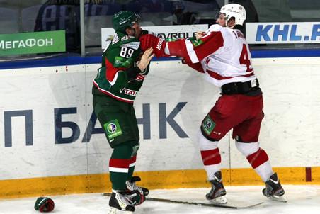 Ник Тарнаски (справа) в драке с Артёмом Лукояновым