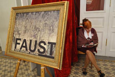 В филармонии Санкт-Петербурга прошел первый в России показ «Фауста» Александра Сокурова
