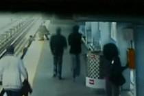 Камера наблюдения, установленная на пригородной станции в Филадельфии, зафиксировала момент падения...