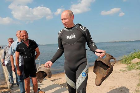 10 августа 2011 года. Председатель правительства РФ Владимир Путин (справа), облаченный в гидрокостюм, держит в руках две древние амфоры, которые нашел на дне Таманского залива, куда он погрузился с аквалангом, чтобы увидеть «Русскую Атлантиду» — затопленную часть Фанагории