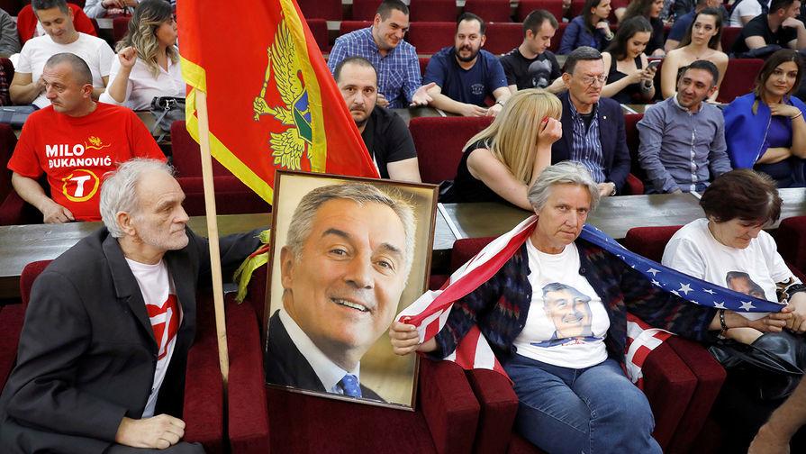 Сторонники лидера черногорской Демократической партии социалистов Мило Джукановича в штаб-квартире