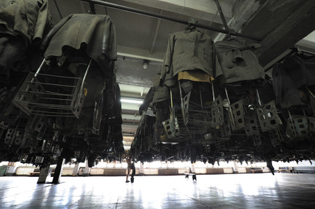 Раздевалка рабочих в шахте имени Скочинского