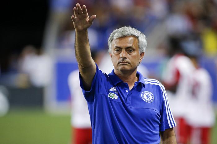 Жозе Моуриньо увлеченно руководит своей командой во время матча с Барселоной