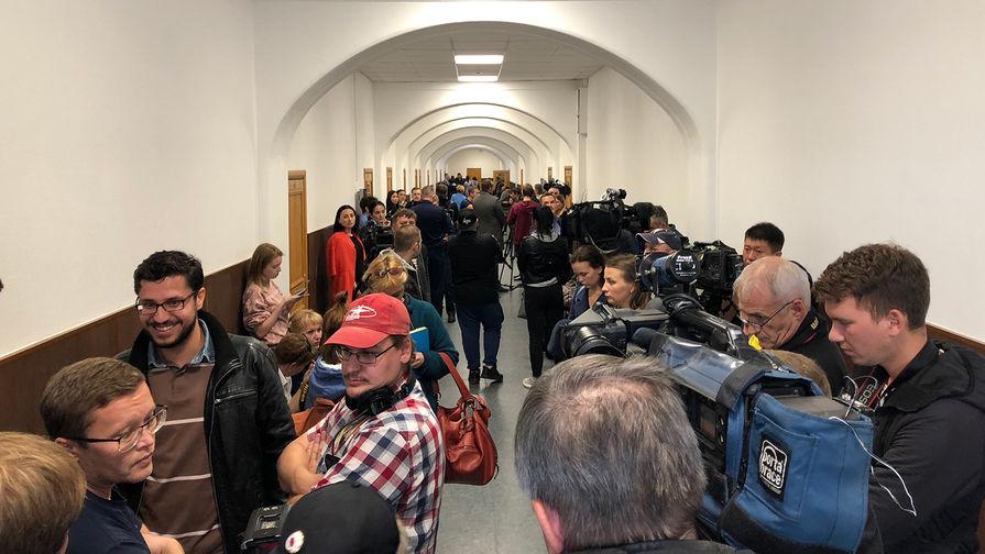 Сестра Хачатурян вышла насвободу снедрогнувшим лицом