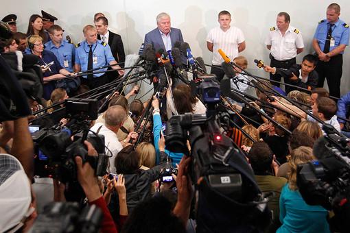 Анатолий Кучерена отвечает на вопросы журналистов после встречи с Эдуардом Сноуденом