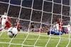 Петр Йирачек забивает мяч в ворота сборной Польши. Этот гол выведет его команду в четвертьфинал...