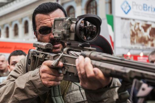 Американский актер Стивен Сигал осматривает экспонаты на международной выставке «Оружие и охота» в Московском Гостином дворе
