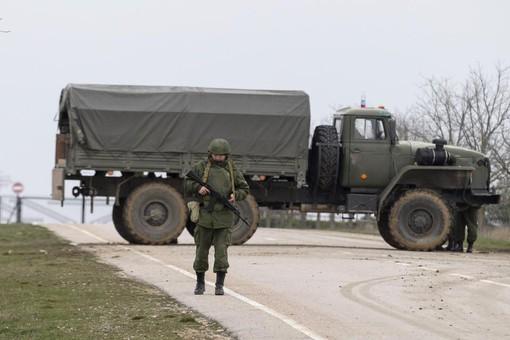Вооруженный кордон при въезде на территорию военного аэродрома «Бельбек» под Севастополем
