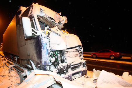 Сегодня под Москвой лоб в лоб столкнулись фура Volvo и микроавтобус Ford Transit