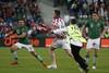 Стюард пытается схватить хорватского болельщика, выбежавшего на поле