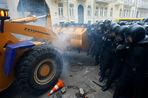 В воскресенье в Киеве прошли массовые беспорядки: оппозиция захватила ряд административных зданий в центре города