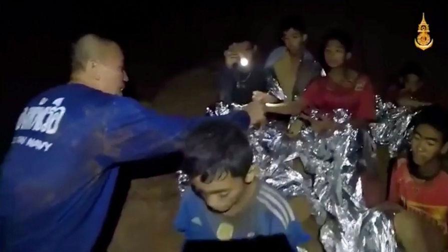 Военные мед. сотрудники Таиланда сообщили, что пропавшие впещере 12 молодых людей на100% здоровы