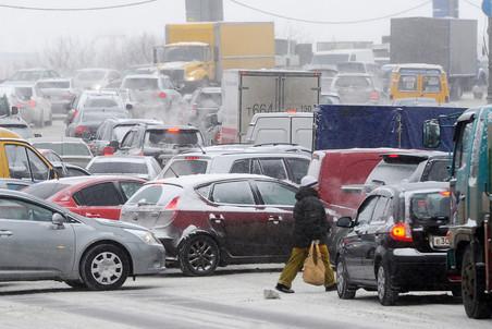 Снегопад парализовал дорожное движение в Москве