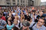 На прилегающих к Манежной площади улицах уже три часа продолжается народный сход в поддержку Алексея Навального и Петра Офицерова