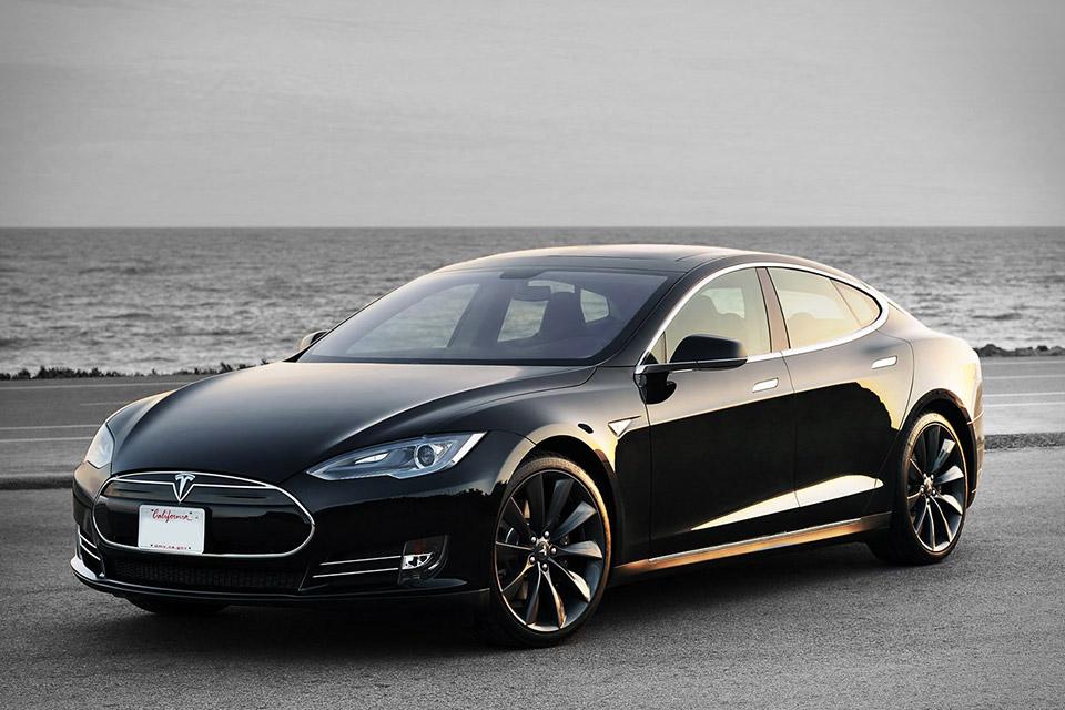 Электроседан Model S завоевывает популярность на рынке